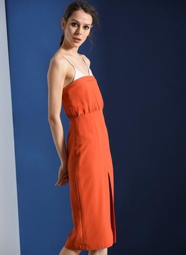 Zeynep Ökmen Deri Detaylı Önden Yırtmaçlı Krep Elbise Oranj